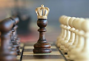 šachy jako symbol hry při investování